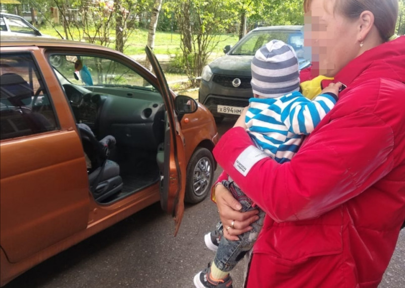 В Гагарине 7-месячного ребенка спасали из запертой машины