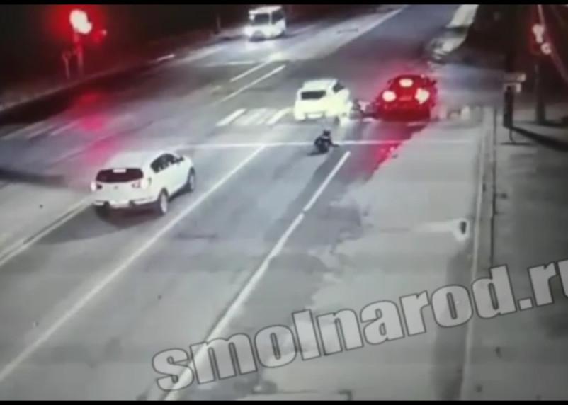 «Kia проехал по голове». В Сети появилось видео ДТП с участием мотоциклиста