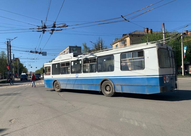 Сломавшийся троллейбус перекрыл перекресток в Смоленске