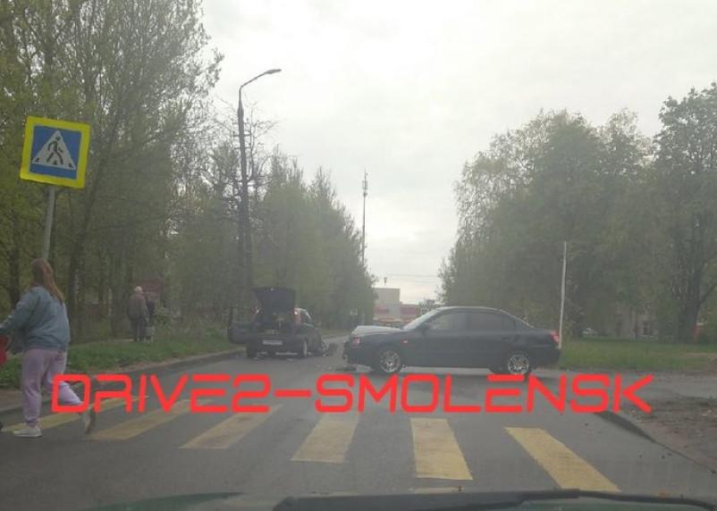 В Смоленске ДТП перекрыло улицу