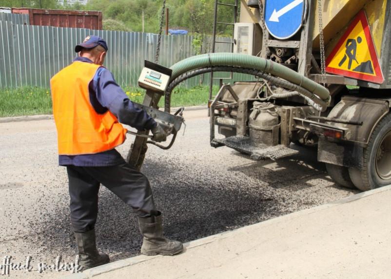 В Смоленске продолжают ремонтировать ямы на дорогах