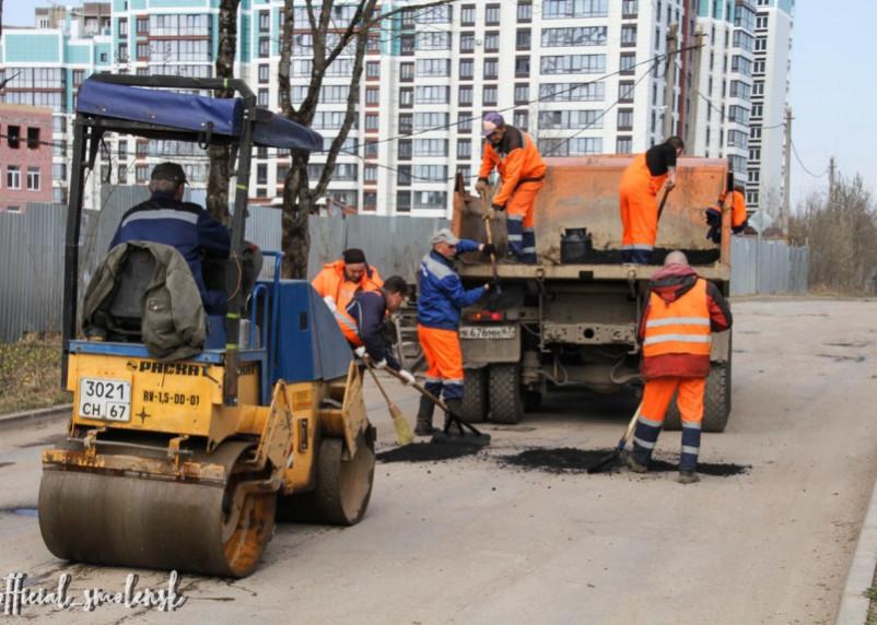 В Смоленске продолжается ямочный ремонт