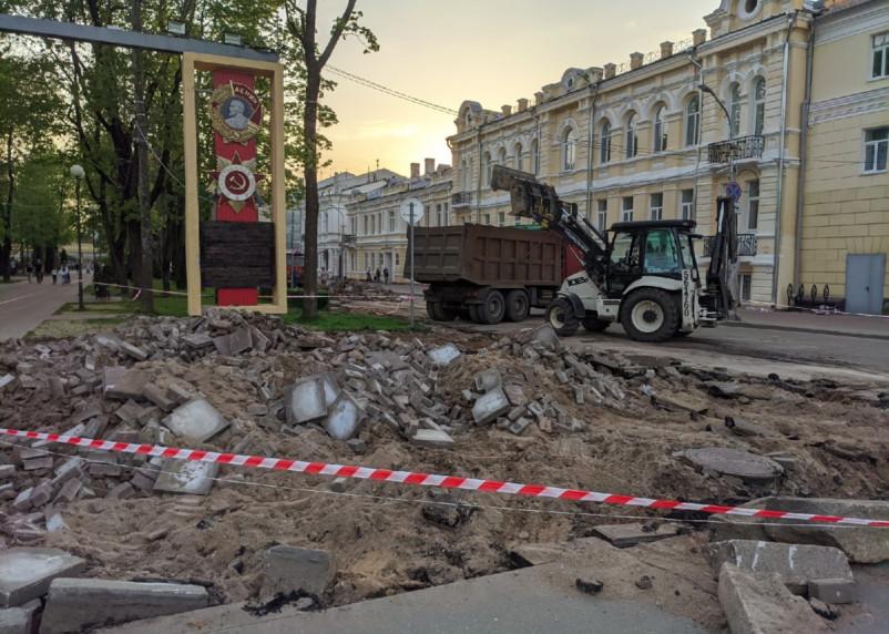 В Смоленске начался очередной «переклад брусчатки». На эти цели из бюджета потратят 16 млн рублей