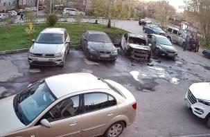 В Соловьиной роще в Смоленске ночью загорелись автомобили
