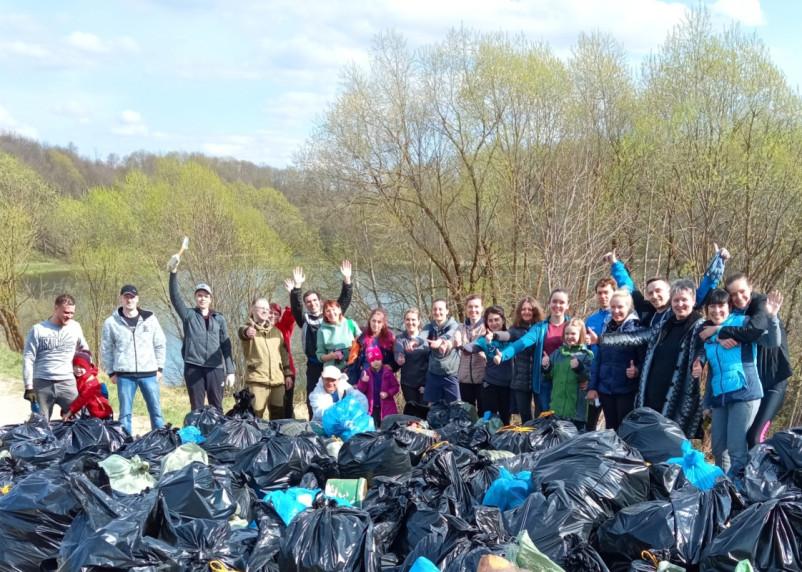 207 мешков мусора и старые покрышки: активисты навели порядок на Александровском озере Смоленска