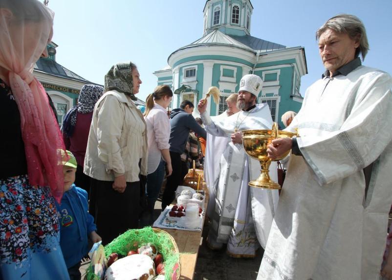 1 мая в Смоленске освятили пасхальные куличи