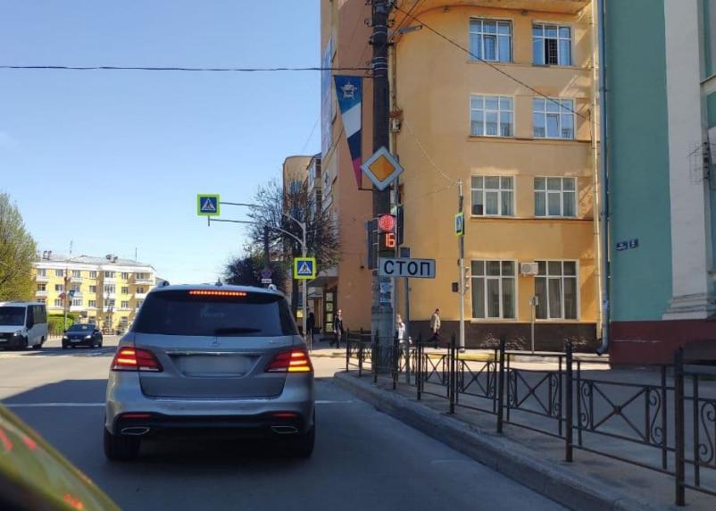 В Смоленске установили новый светофор на улице Дзержинского