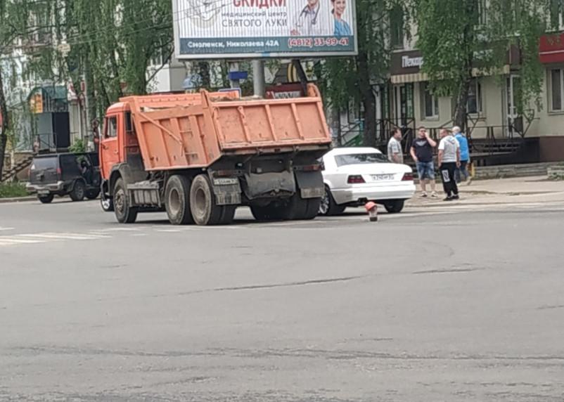 Авария самосвала и легковушки провоцирует пробку «на трех дорогах» в Смоленске