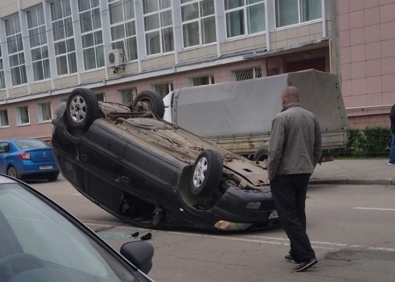 В центре Смоленска машина опрокинулась на крышу