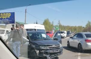 На въезде в Смоленск столкнулись две машины