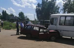 В Смоленской области столкнулись пассажирский автобус и легковушка. УМВД прокомментировало жёсткую аварию