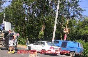 На улице Кутузова иномарка перевернулась на бок