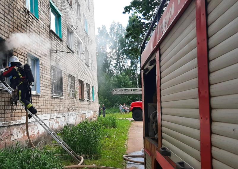 Спасли двух человек. Стали известны подробности пожара в Сафонове