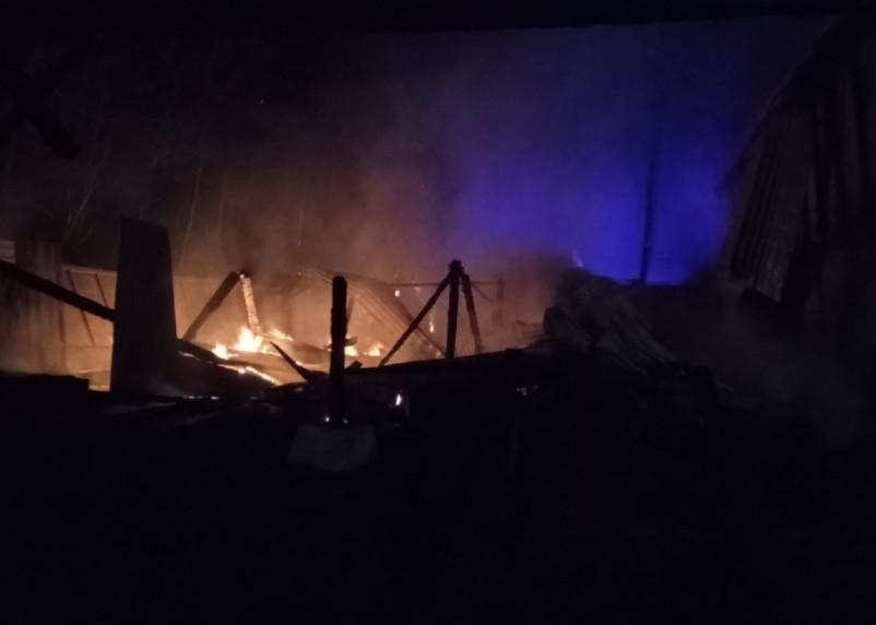 В Смоленске загорелось производство. Пожарные четыре часа спасали цех