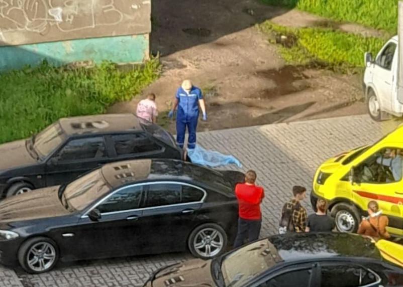 Смоленский подросток насмерть разбился, упав с крыши дома