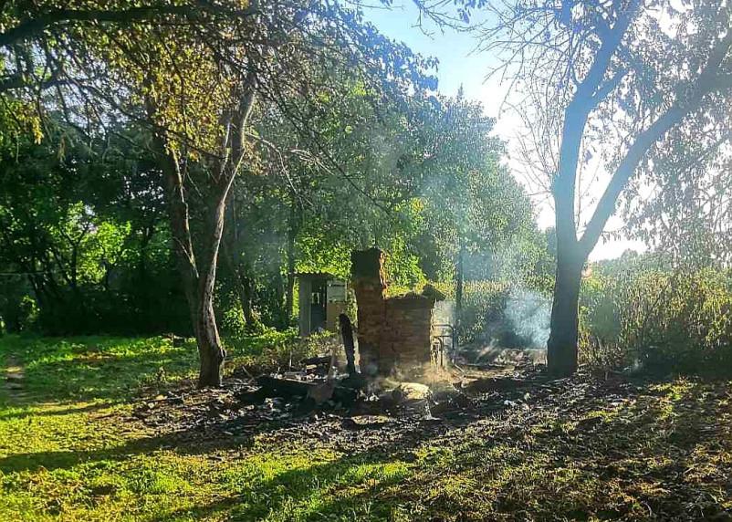 Огонь полностью уничтожил дачный дом в Смоленском районе