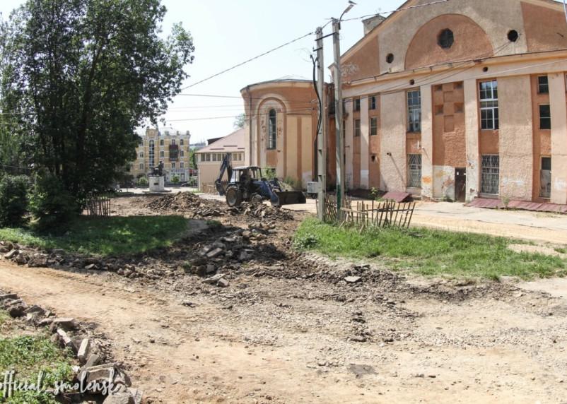 В Смоленске продолжается благоустройство сквера за кинотеатром «Октябрь»