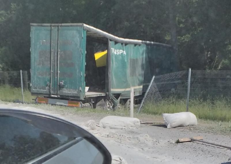 На трассе М-1 грузовик съехал в кювет из-за лопнувшего колеса