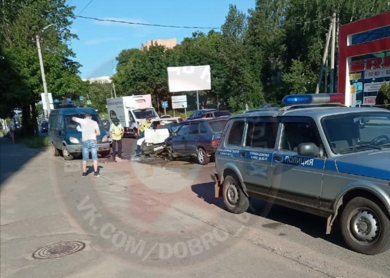 В Смоленске произошло жёсткое лобовое ДТП. Видео попало в Сеть