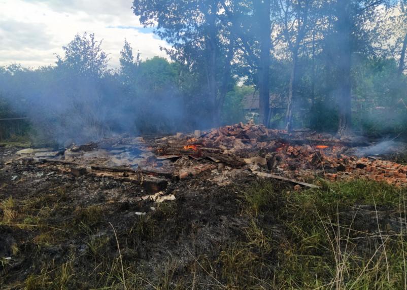 В Смоленской области огонь уничтожил деревянный дом и хозпостройку
