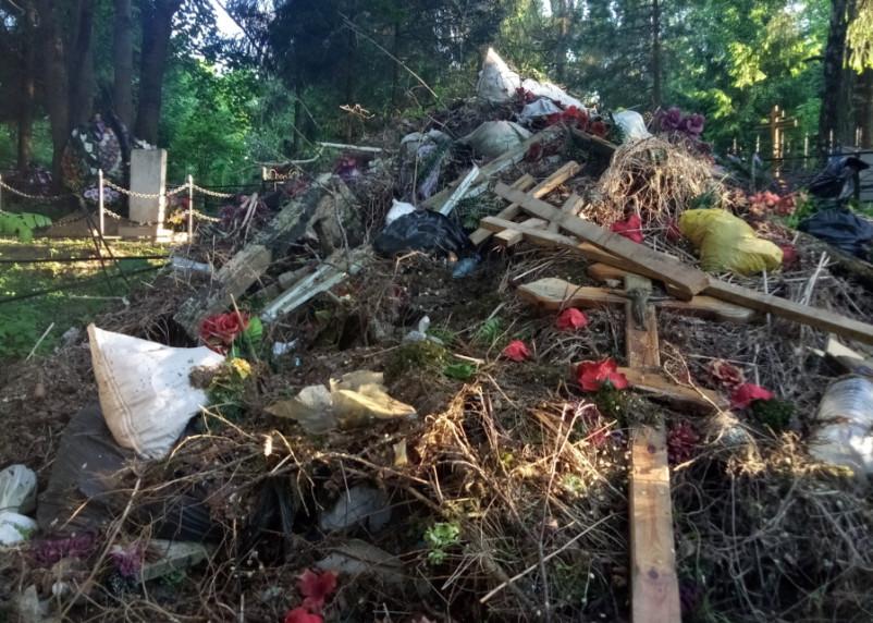 «Размещены навалом на грунте». К свалке на Стабенском кладбище привлекли внимание прокуратуры
