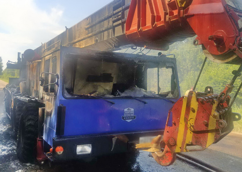 В Сафоновском районе на ходу загорелся автокран