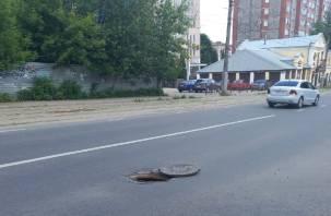 В центре Смоленска дыра в асфальте угрожает безопасности движения