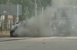 Ликвидацию возгорания иномарки в Смоленске сняли на видео
