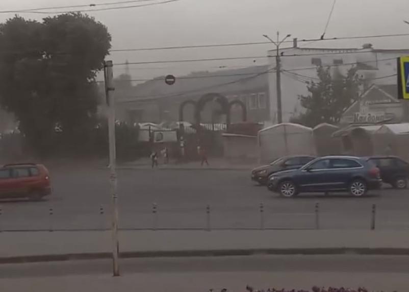 Ураган в Смоленске поломал деревья и поднял песчаные бури