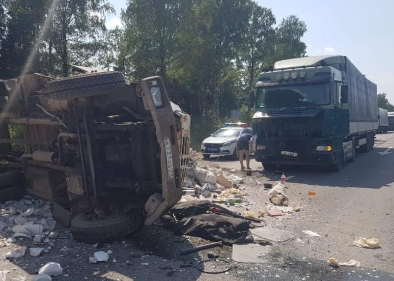 Фура протаранила мусоровоз в Смоленском районе