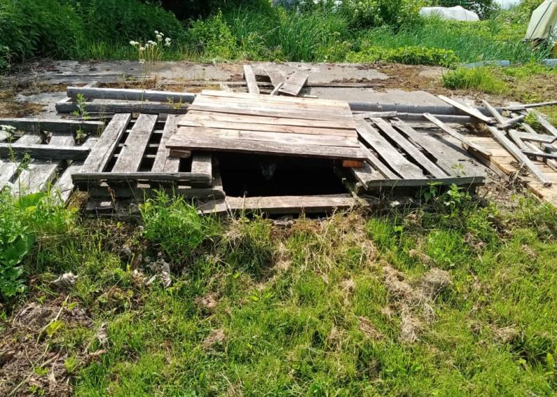 В райцентре Смоленской области выгребная яма представляет опасность для детей