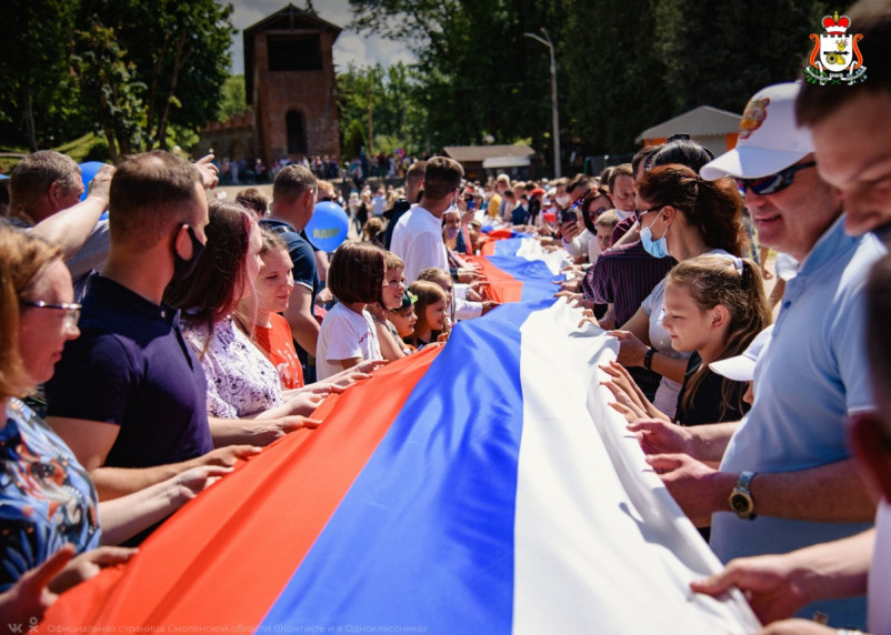 Весело и без масок. Смоляне растянули 50-метровый флаг России