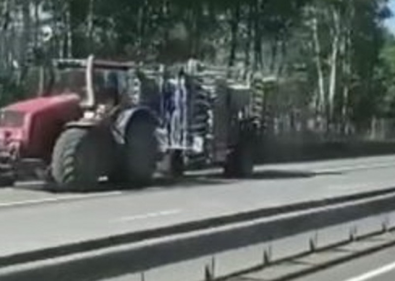 На трассе М1 в Смоленской области жестко схлестнулись трактор и фура. Есть пострадавший
