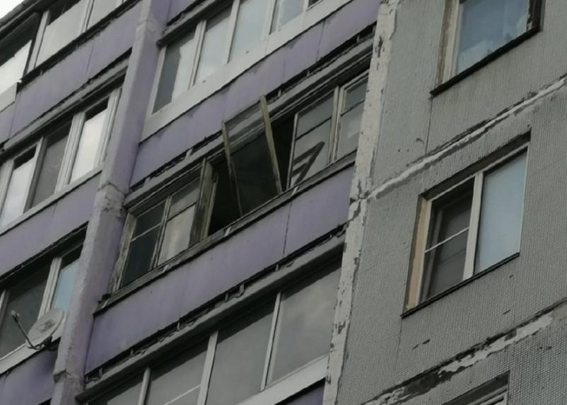 Окно в смоленской многоэтажке угрожает жизни и здоровью жителей