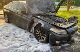 Поврежден моторный отсек. В Десногорске ранним утром горел БМВ