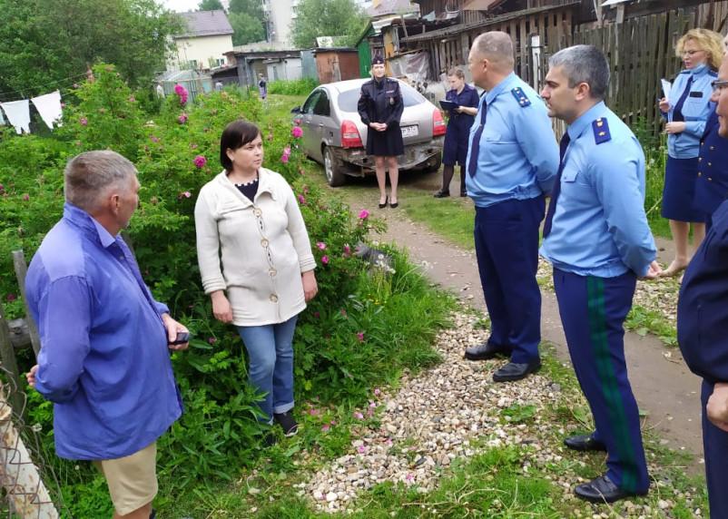 Руководители прокуратуры и следственного комитета встретились с жителями аварийных домов в Гагарине