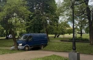 «Отказали тормоза». На улице Соболева в Смоленске микроавтобус улетел в сквер и врезался в дерево