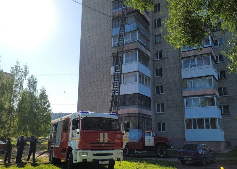 Утром в Смоленске пожар вспыхнул на балконе квартиры