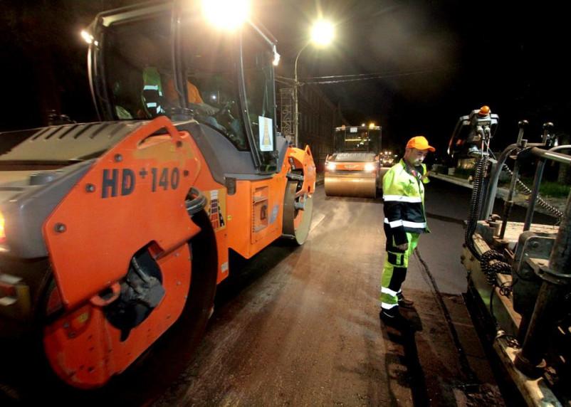 Работы по дорожному ремонту в центре Смоленска ведутся и в ночное время