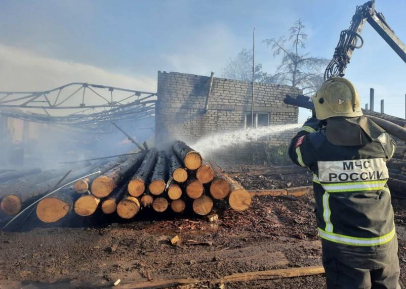 Пилорама повреждена огнем. Пожарные ликвидировали возгорание в Смоленском районе