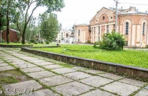 В Смоленске началось благоустройство сквера за кинотеатром «Октябрь»