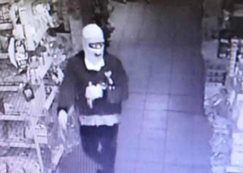 Задержан по горячим следам. Мужчина в балаклаве и перчатках ограбил супермаркет в Ярцеве