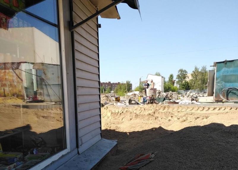 «Павильон с товаром может рухнуть». Как на улице Крупской «замуровали» песком многолетний бизнес смолянки