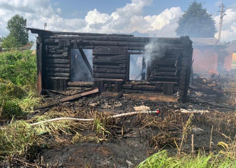 В Сафонове сгорели четыре постройки, гараж и баня