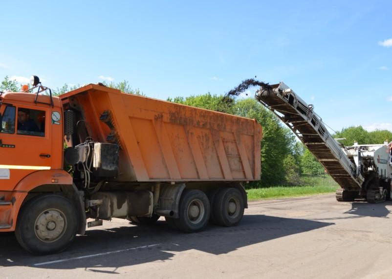 Подрядчик ремонтирует дорогу в Духовщинском районе