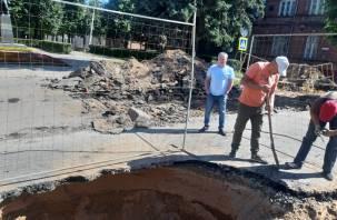 На те же грабли… В Смоленске снова устроили раскопки свежего асфальта