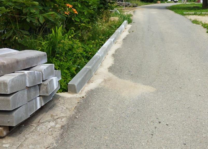 Демонтаж инициативы. Смолянин сделал бордюр вдоль дороги, но городской власти это не понравилось