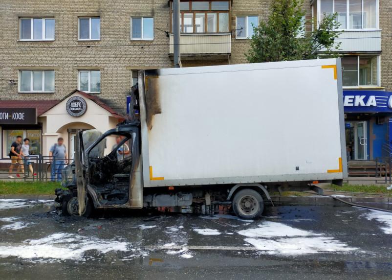 Загорелся фургон ГАЗели. Подробности пожара на улице Кирова