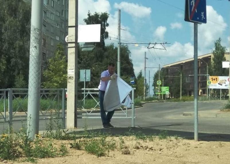 В Смоленске снимают незаконные баннеры