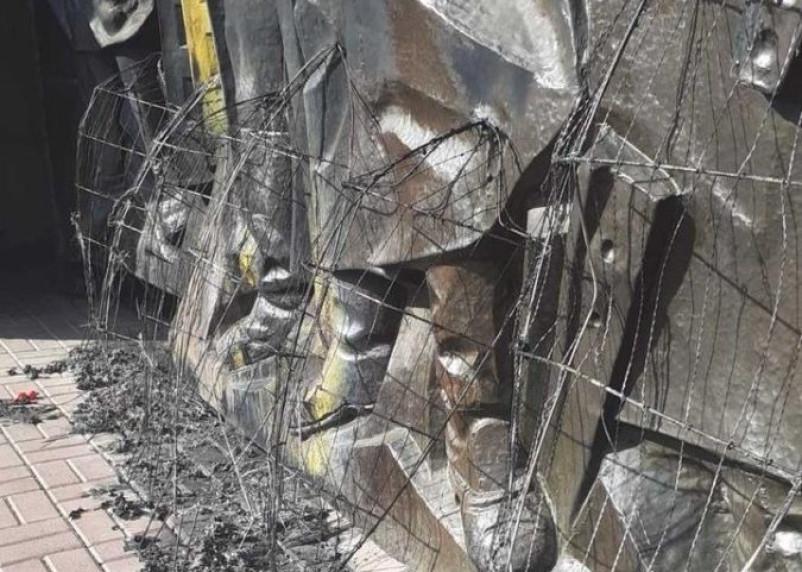 В Смоленске вандалы сожгли венки на мемориале